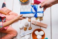 Milagro de la Navidad Amor de la familia el día del ` s del Año Nuevo Foto de archivo libre de regalías