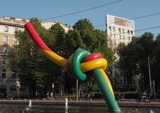 Milan 17 April 2018: Modern skulptur med installation i springbrunn på Piazzale Cadorna Triennale, på April 2018 i Milan, Italien Royaltyfri Fotografi