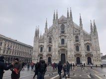 Milan Cathedral Church Overview com a multidão na parte dianteira imagens de stock royalty free