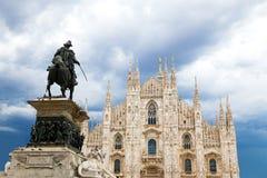 Milan Cathedral Dome con la statua contro un cielo nuvoloso di estate Immagini Stock