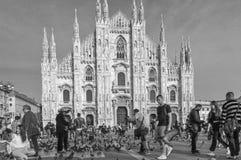 Milan Cathedral - Duomo, con las palomas y la gente en blanco y negro Imagen de archivo