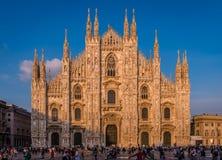 Milan Cathedral i aftonen arkivbild