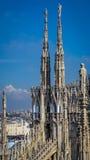 Milan Cathedral Spires onder blauwe hemel Stock Afbeelding