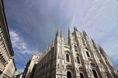 Milan Cathedral-voorgevel met blauwe hemel stock afbeeldingen
