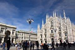 Milan Cathedral-voorgevel met vlaggen op blauwe hemel De voorgevel van royalty-vrije stock foto