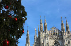 Milan Cathedral y el árbol de navidad enorme Imágenes de archivo libres de regalías