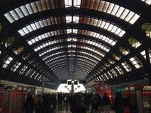 Milan Central-de sporen van het postvertrek Royalty-vrije Stock Afbeelding