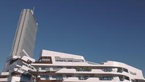 Milan City Life Isozaki Allianz-Toren en woningbouw stock video