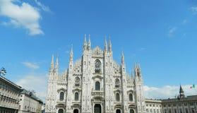 Milan Duomo met duidelijke blauwe hemel royalty-vrije stock afbeelding