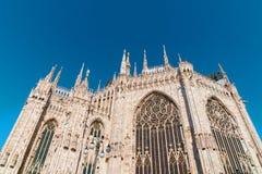 Milan Duomo tillbaka sida med jätte- målat glassfönster i morgonljus arkivfoton