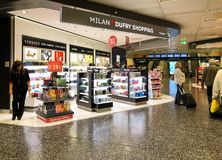 Milan Duty Free Shopping områdesinsida av terminalen 1 av Milan Malpensa International Airport, Italien royaltyfria bilder