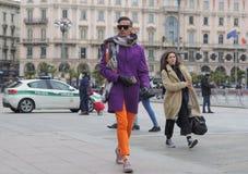 MILAN - 25 FÉVRIER 2018 : Équipez la marche dans la place de Duomo avant défilé de mode de STELLA JEAN Photos libres de droits