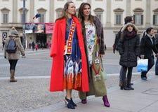 MILAN - 25 FÉVRIER 2018 : Deux femmes à la mode posant pour des photograpers dans la place de Duomo après défilé de mode de STELL Photographie stock