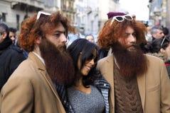 MILAN - 25 FÉVRIER 2018 : Deux jumeaux et femme posant pour des photographes dans la rue après défilé de mode d'ERMANNO SCERVINO Images libres de droits