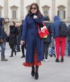 MILAN - 25 FÉVRIER 2018 : Femme à la mode posant pour des photograpers dans la place de Duomo après défilé de mode de STELLA JEAN Photographie stock