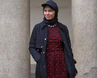 MILAN - 22 FÉVRIER 2018 : Femme à la mode posant pour des photographes dans le ` 24 de Corso Magenta de ` avant mode d'EMILIO PUC Photos libres de droits