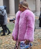 MILAN - 22 FÉVRIER 2018 : Femme à la mode posant pour des photographes dans le ` 24 de Corso Magenta de ` avant mode d'EMILIO PUC Photos stock