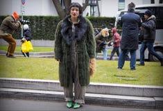 MILAN - 25 FÉVRIER 2018 : Femme à la mode posant pour des photographes dans la rue avant défilé de mode d'ARMANI, pendant le Mila Image stock