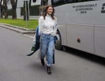 MILAN - 25 FÉVRIER 2018 : Femme à la mode posant pour des photographes dans la rue avant défilé de mode d'ARMANI, pendant le Mila Photo stock