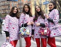 MILAN - 25 FÉVRIER 2018 : Filles de Kitty posant pour des photographes dans la rue avant défilé de mode d'ARMANI, pendant le Mila Photographie stock libre de droits