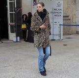 MILAN - 25 FÉVRIER 2018 : Une femme à la mode posant pour des photograpers dans la place de Duomo après défilé de mode de STELLA  Photos libres de droits
