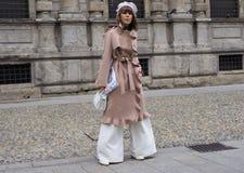 MILAN - 25 FÉVRIER 2018 : Une femme à la mode posant pour des photographes dans la place de San FEDELE avant défilé de mode de MS Image libre de droits