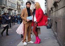 MILAN - FEBRUARI 24, 2018: Komisk man och Elina Halimi som poserar för fotografer i gatan efter modeshow för ERMANNO SCERVINO, Fotografering för Bildbyråer