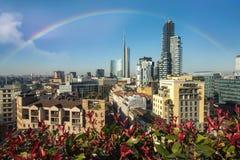 Milan horisont med moderna skyskrapor med blommor, Italien royaltyfria foton