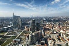Milan horisont och sikt av det Porta Nuova affärsområdet, Italien Arkivfoto