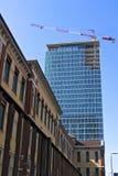 milan Itália, o 21 de março de 2019 Renovação da fachada de uma construção imagem de stock royalty free
