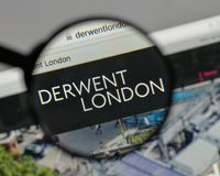 Milan, Italie - 10 août 2017 : Logo de PLC de Derwent Londres sur W photo stock
