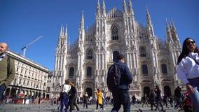 Milan, Italie - 12 03 2019 : Belles fille et personnes aux Di Milan ou Milan Cathedral de Duomo dans la ville de Milan, attractio banque de vidéos