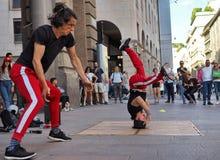 MILAN, ITALIE - 1ER JUIN : Les acrobates de rue exécutent en CORSO VITTORIO EMANUELE Milan Photo libre de droits