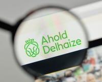 Milan, Italie - 1er novembre 2017 : Logo royal d'Ahold Delhaize sur le Th Images stock