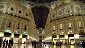 Milan, Italie -12 03 2019 : galerie de achat célèbre de duomo de ville de Milan, galerie de Vittorio Emanuele II la nuit banque de vidéos