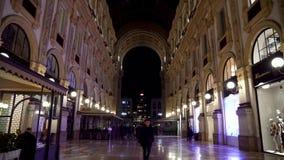 Milan, Italie -12 03 2019 : galerie de achat célèbre de duomo de ville de Milan, galerie de Vittorio Emanuele II la nuit clips vidéos