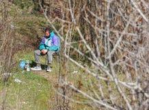 MILAN, ITALIE - 12 JUILLET 2016 : homme sans abri sur le banc en parc de Bronx après avoir lutté pour la vie Photo stock