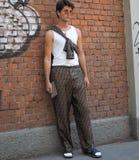 MILAN, ITALIE - 18 JUIN 2018 : Homme à la mode posant pour des photographes dans la rue avant défilé de mode de FENDI, photos libres de droits