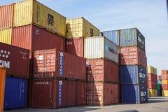 MILAN, ITALIE le 10 avril 2017 : Plusieurs récipients sont prêts à être chargés dessus aux bateaux au port Les récipients sont Photos stock