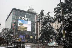 Milan, Italie, le 1er mars 2018 Rues de Milan dans la neige Vue au centre commercial de pièce de monnaie Photos stock