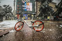Milan, Italie, le 1er mars 2018 Rues de Milan dans la neige Vue sur la bicyclette de location Image stock