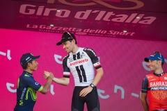Milan, Italie le 28 mai 2017 : Tom Doumulin, équipe de Sunweb, célèbre sur le podium à Milan sa victoire de la visite de l'Italie Image stock