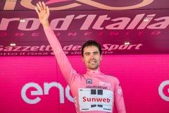 Milan, Italie le 28 mai 2017 : Tom Doumulin, équipe de Sunweb, célèbre sur le podium à Milan sa victoire de la visite de l'Italie Images stock