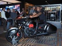 MILAN, ITALIE - 10 NOVEMBRE : Un modèle pose sur le moteur à EICMA, exposition internationale de moto photos stock