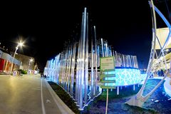 Milan, Italie - 20 octobre 2015 : grands tubes au néon rougeoyants Images libres de droits