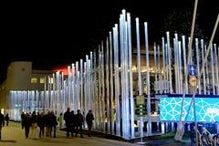 Milan, Italie - 20 octobre 2015 : grands tubes au néon rougeoyants Image stock