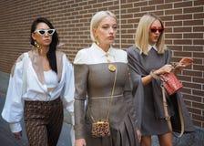 MILAN, Italie, 20 septembre 2018 : Femmes à la mode posant pour des photographes photos stock