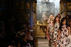 MILAN, ITALIE - 20 SEPTEMBRE : Promenade de modèles la finale de piste pendant l'exposition de Genny Images stock