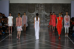 MILAN, ITALIE - 20 SEPTEMBRE : Promenade de modèles la piste pendant l'exposition de Mila Schon Photos stock