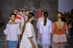 MILAN, ITALIE - 20 SEPTEMBRE : Promenade de modèles la piste pendant l'exposition de Mila Schon Photographie stock